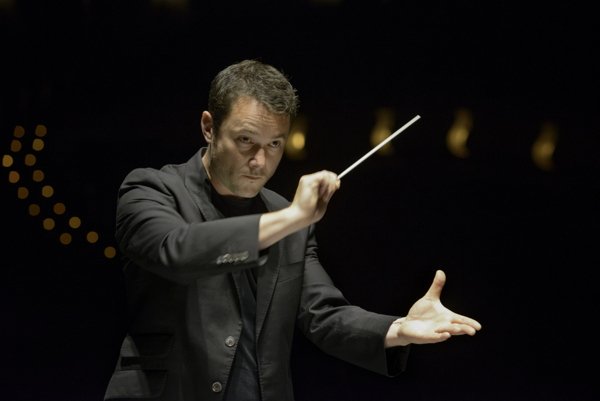 Matthew Halls conducting